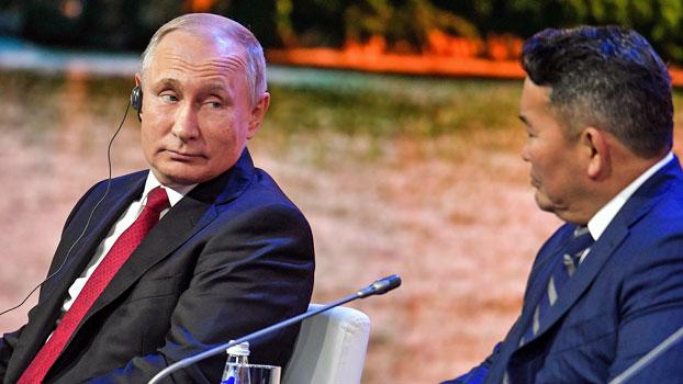 Russia's President Vladimir Putin (L) and Mongolian President Khaltmaagiin Battulga (R) attend the Eastern Economic Forum in Vladivostok, Russia, Sept. 12, 2018.